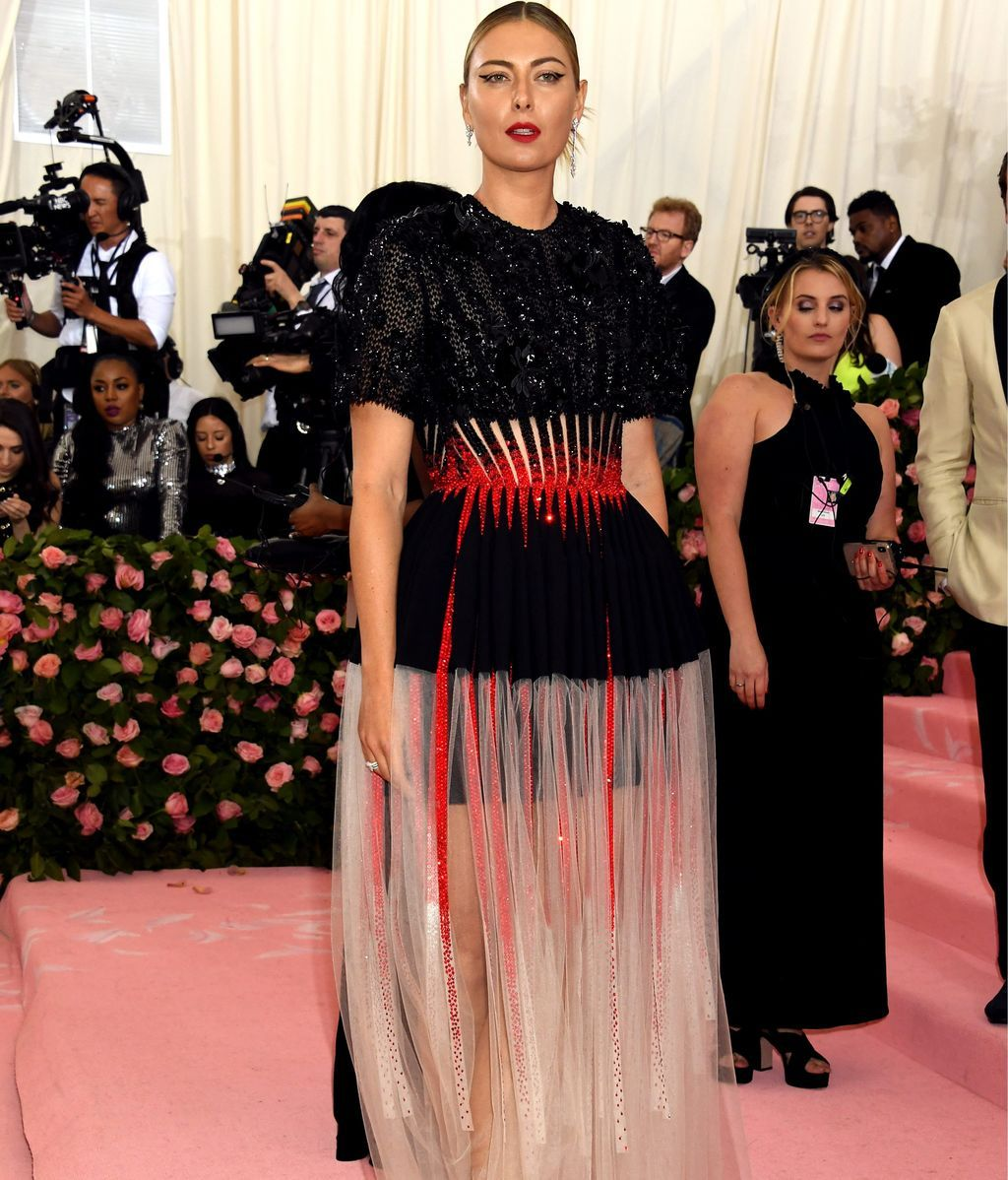 Maria Sharapova con un dos piezas en blanco, negro y rojo de Givenchy