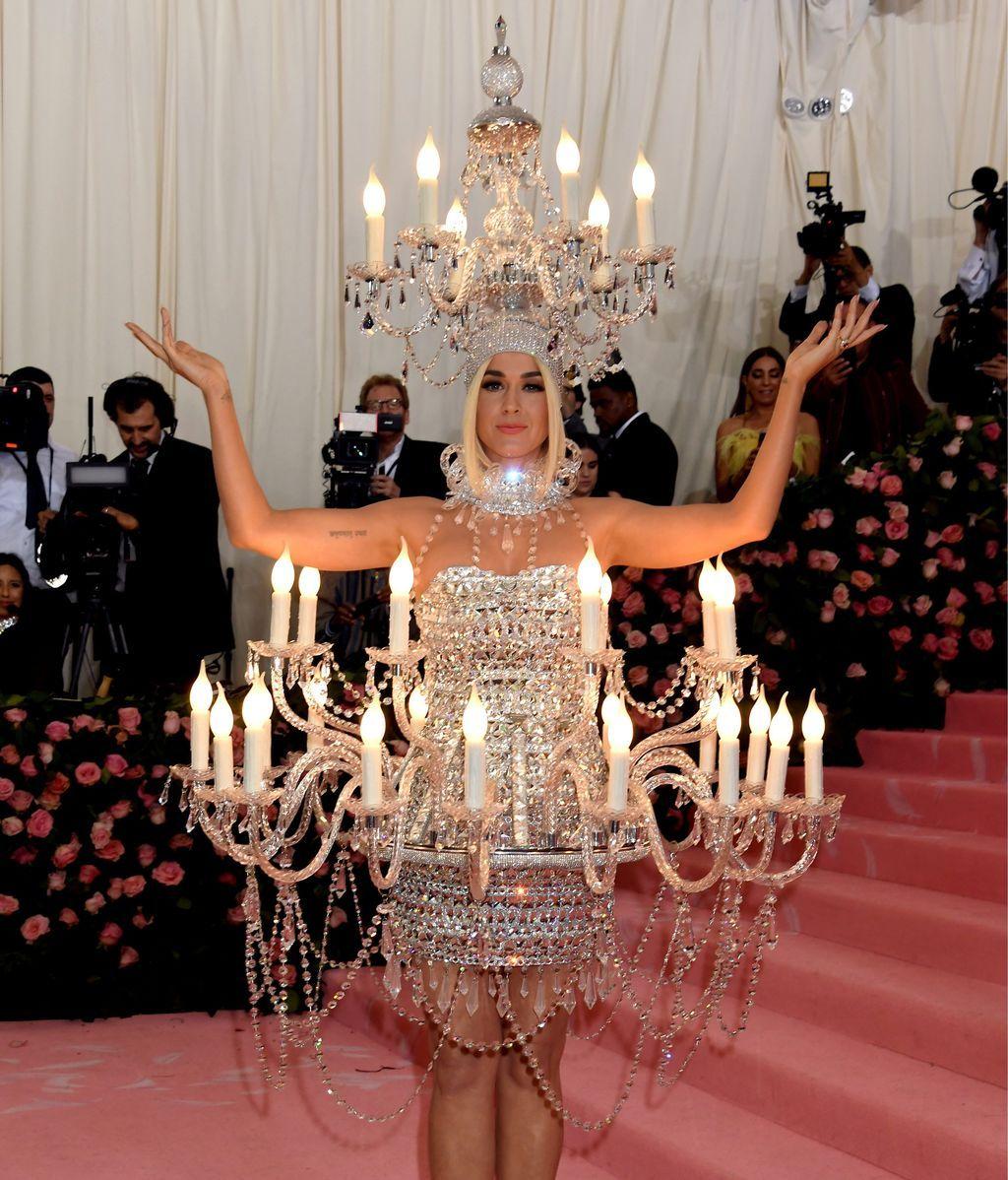 Katy Perry vestida de lámpara chandelier con ayuda de Moschino