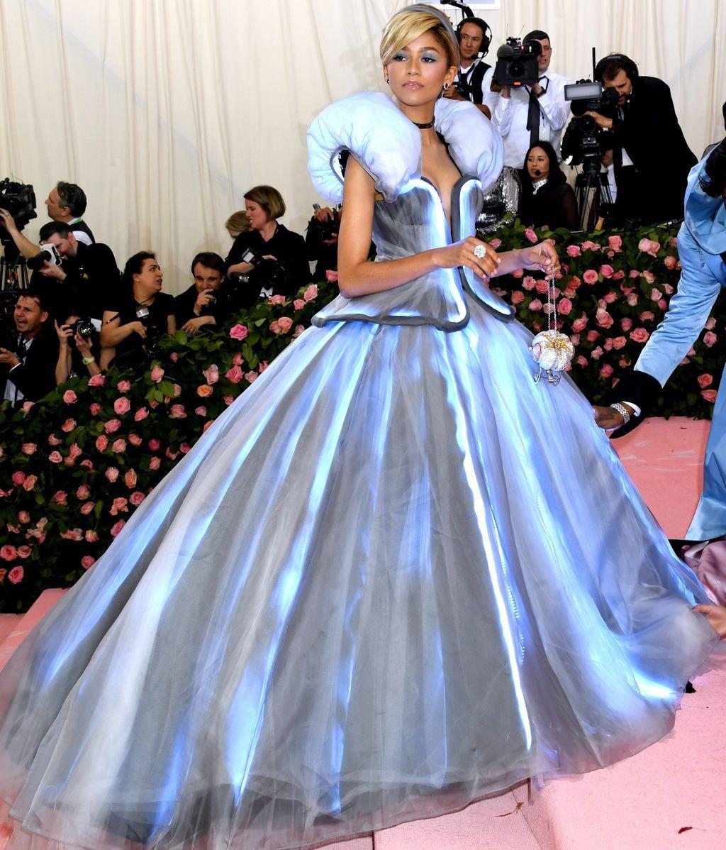 Zendaya optó por un vestido de estilo princesa Disney que contrastaba con su color y corte de pelo