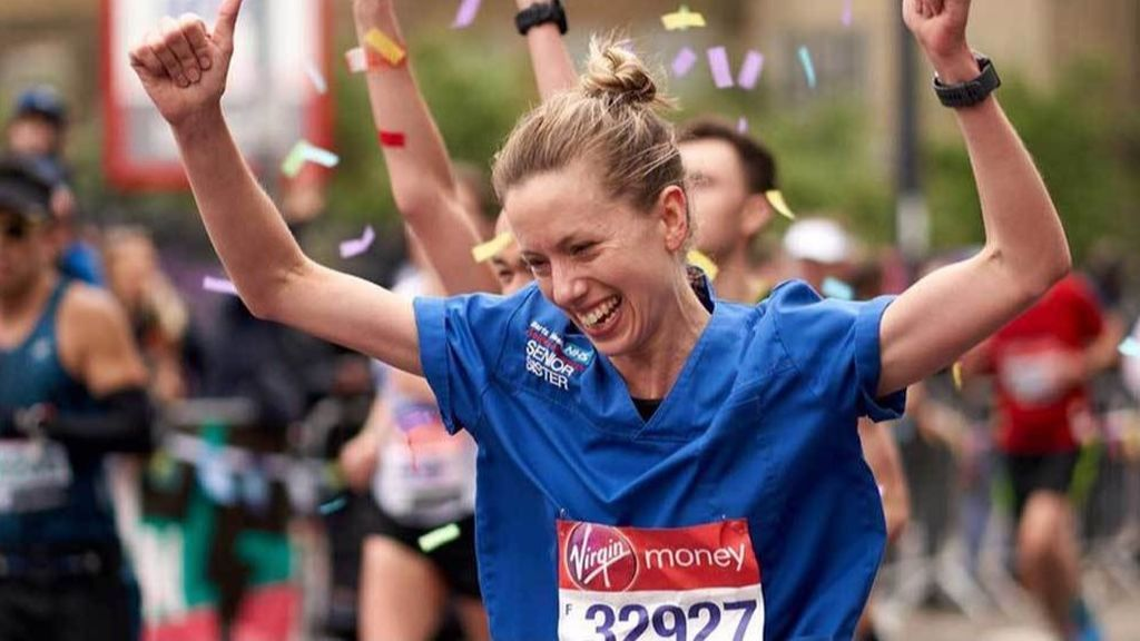 """Denuncia que le han quitado un récord de maratón por """"correr con pantalones y no con faldas"""""""