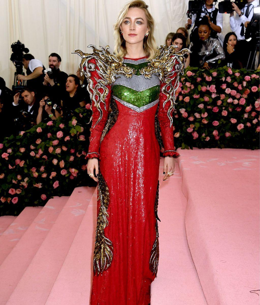 Saoirse Ronan poderosa y guerrera vestida de Gucci