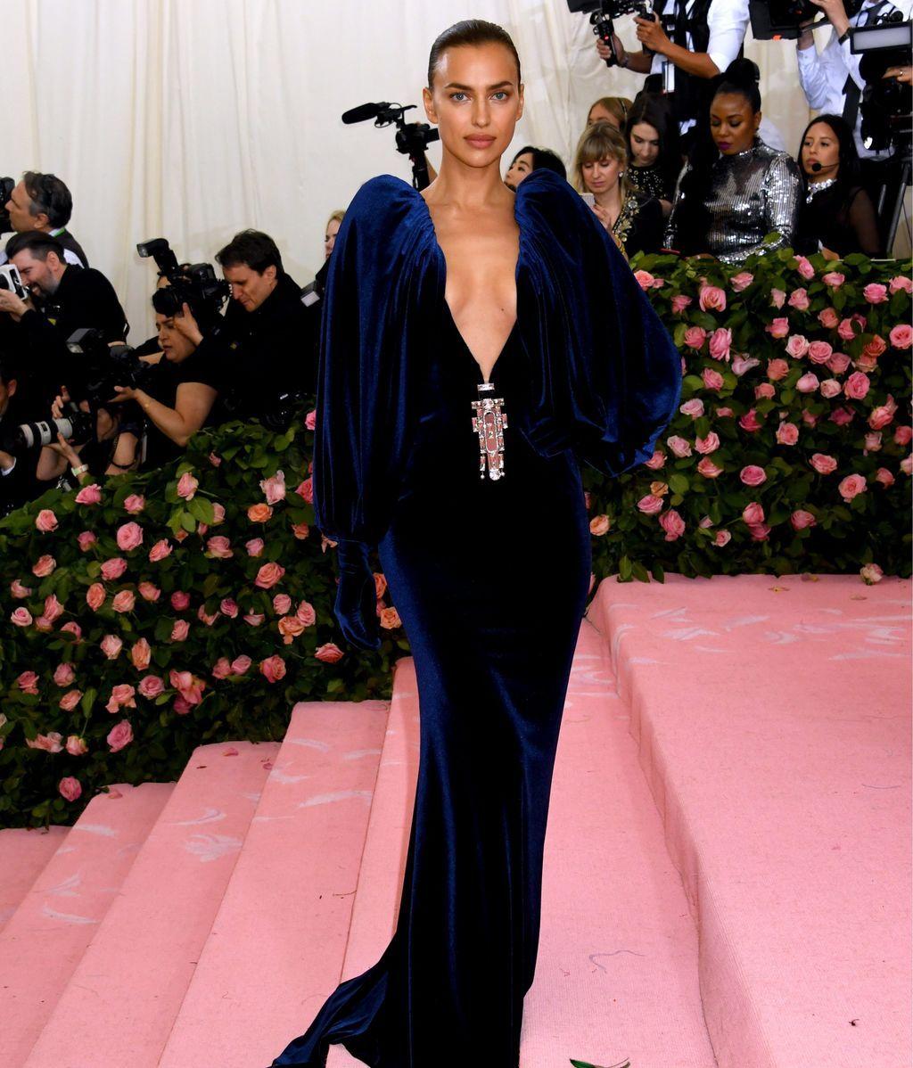 Irina Shayk con un escotadísimo vestido de terciopelo azul
