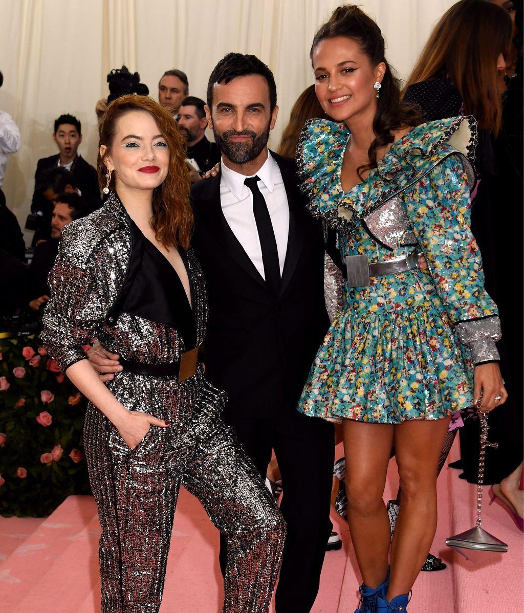 Emma Stone and Alicia Vikander junto a Riccardo Tisci, director creativo de Burberry