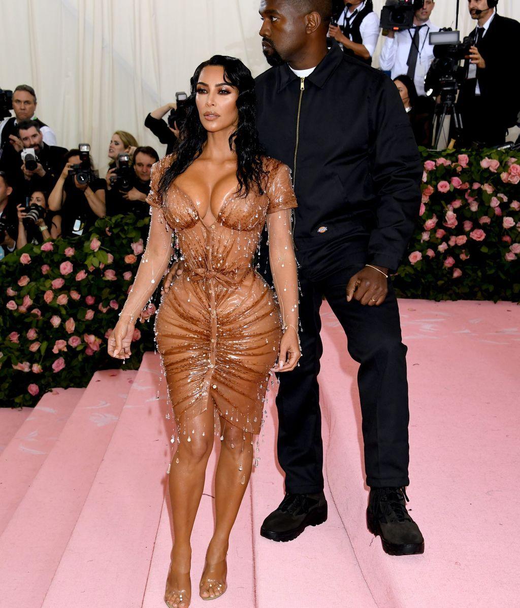 Kim Kardashian con un estilismo de Mugler junto a Kanye West