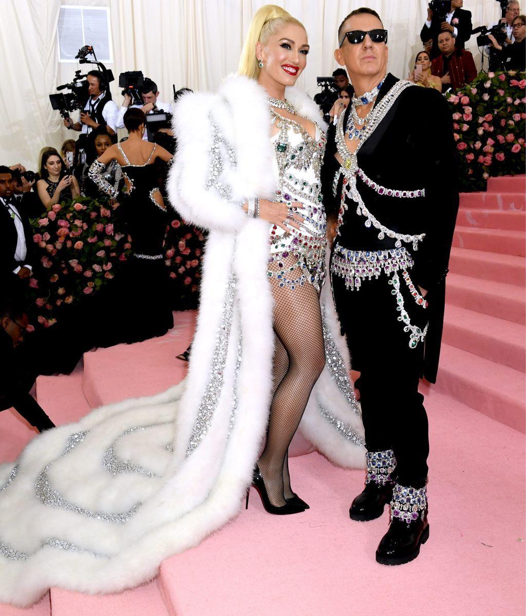Gwen Stefani junto al diseñador Jeremy Scott
