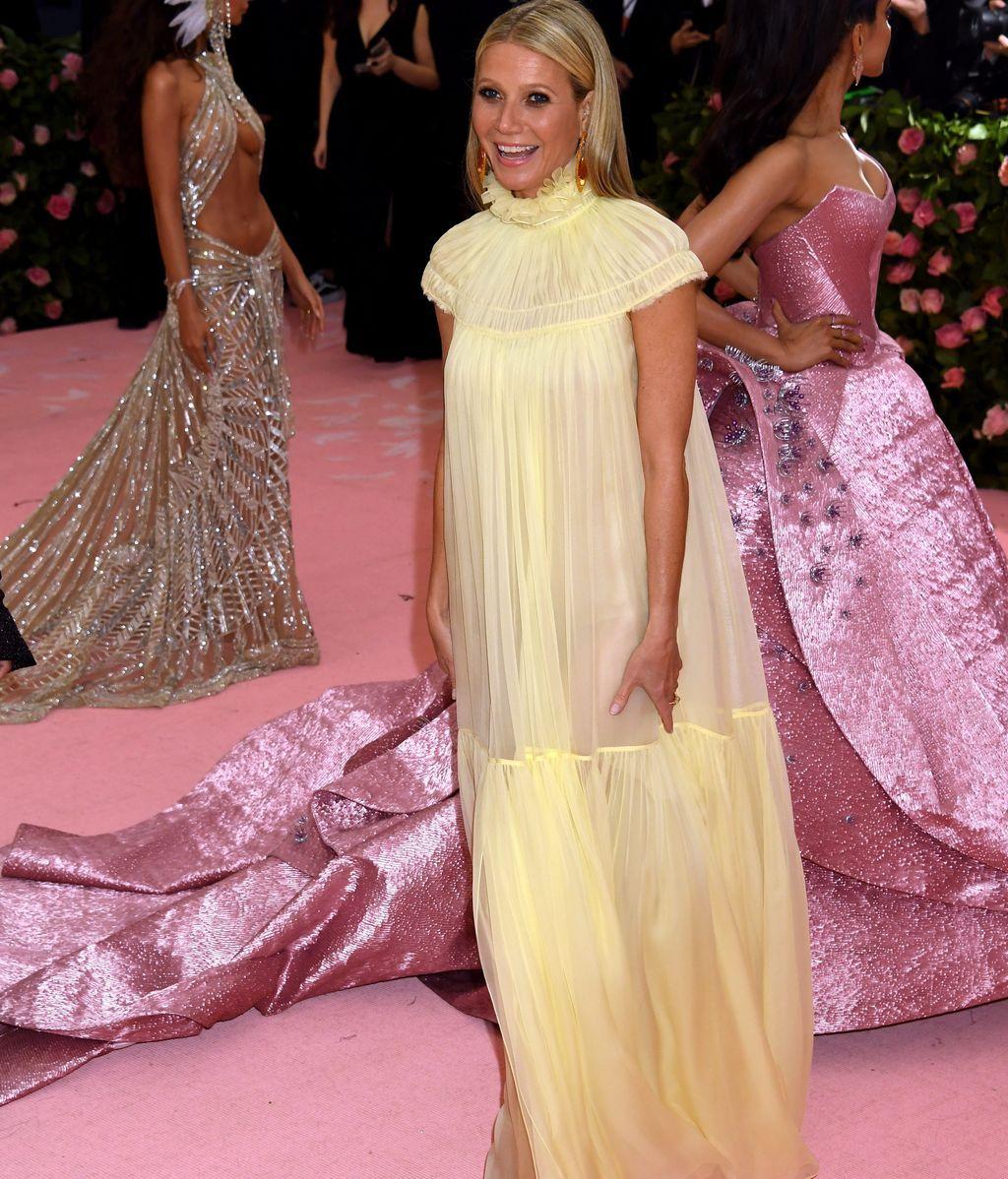 Gwyneth Paltrow con un vestido etéreo en color amarillo de Chloé