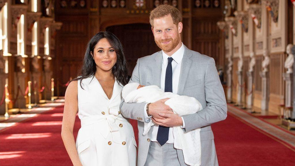 Meghan Markle y el Príncipe Harry posan con su hijo