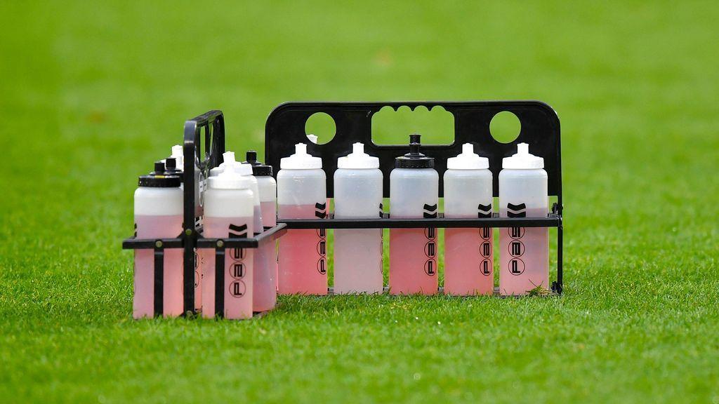 Fallece un futbolista tras beber agua helada después de jugar un partido