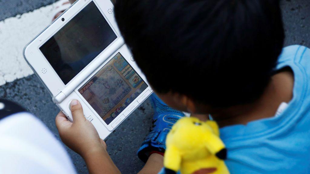 Niño juega a Pokémon