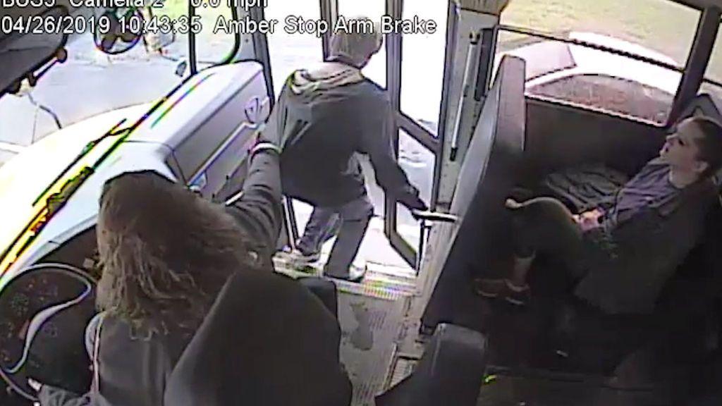 Conductora de autobús salva a un estudiante de ser atropellado
