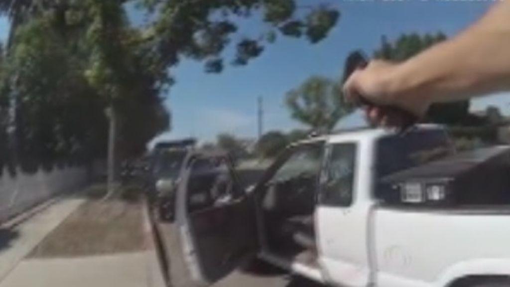 Dos policías disparan hasta 76 tiros a un sospechoso desde el coche patrulla