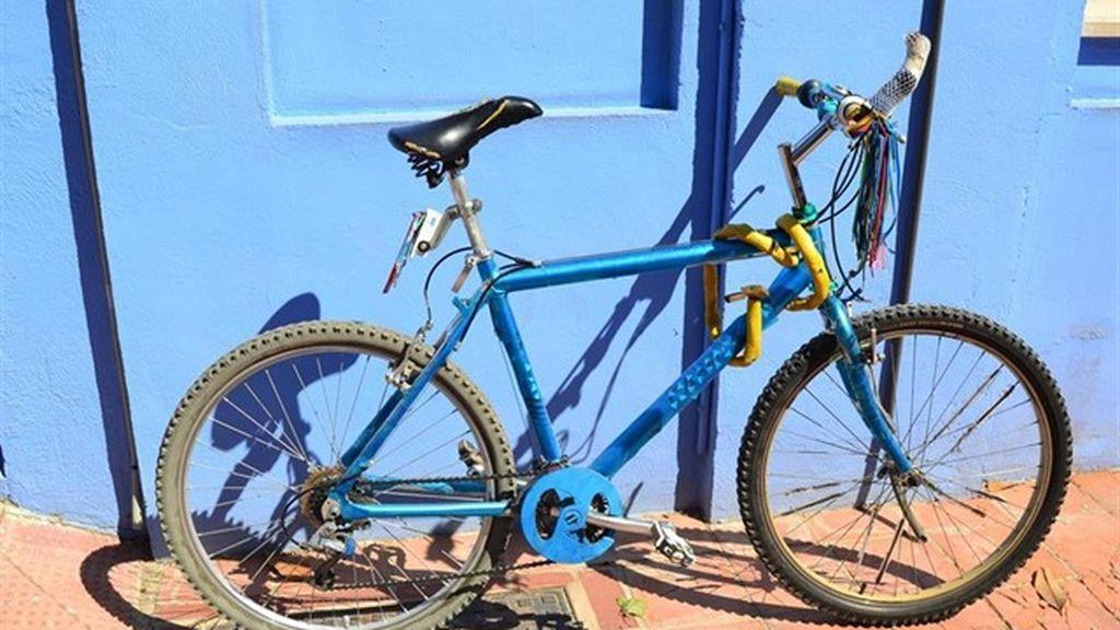 La Guardia Civil muestra la bicicleta del ciclista muerto en Granada para identificarlo