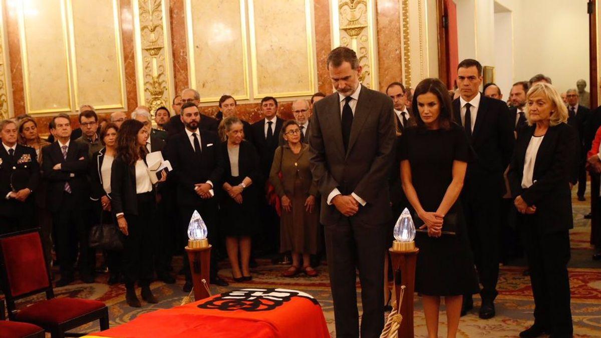 Los reyes acuden al sentido homenaje a Rubalcaba en la capilla ardiente del Congreso