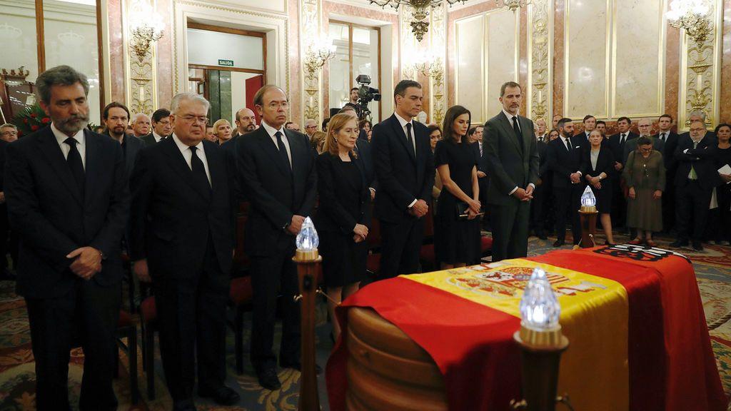 Una marea de ciudadanos y representantes políticos recuerda a Rubalcaba en su capilla en el Congreso