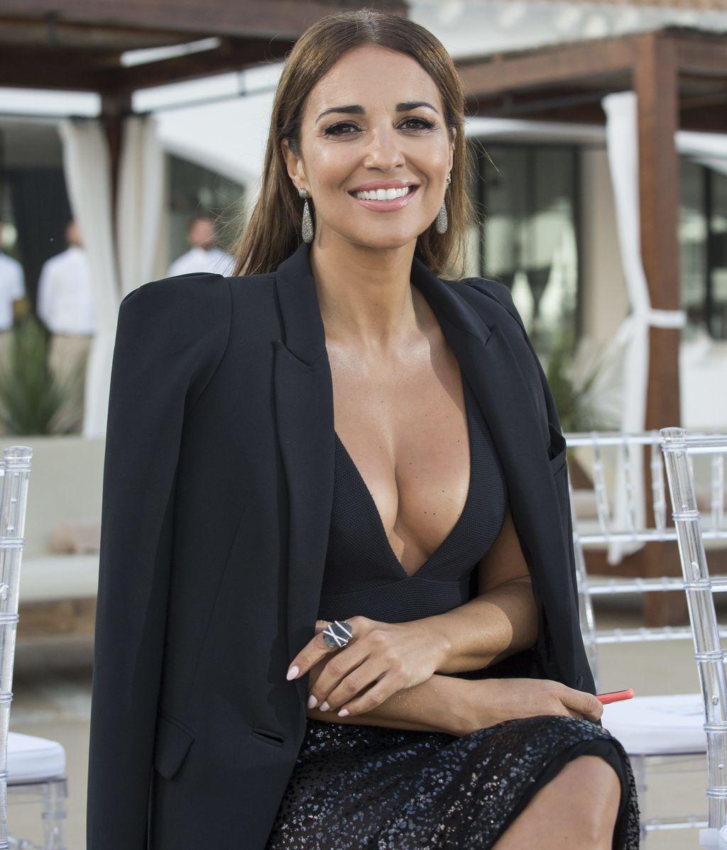 Un total look negro que Paula combina con un bañador a modo de body, falda semitransparente de lentejuelas y chaqueta de traje, perfecto para una fiesta de noche