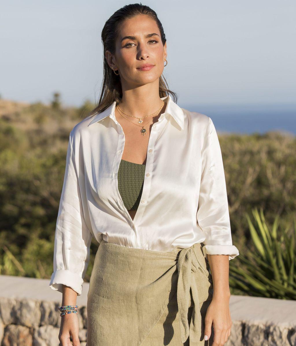 María Pombon combina bikini verde con camisa satinada y falda de corte pareo
