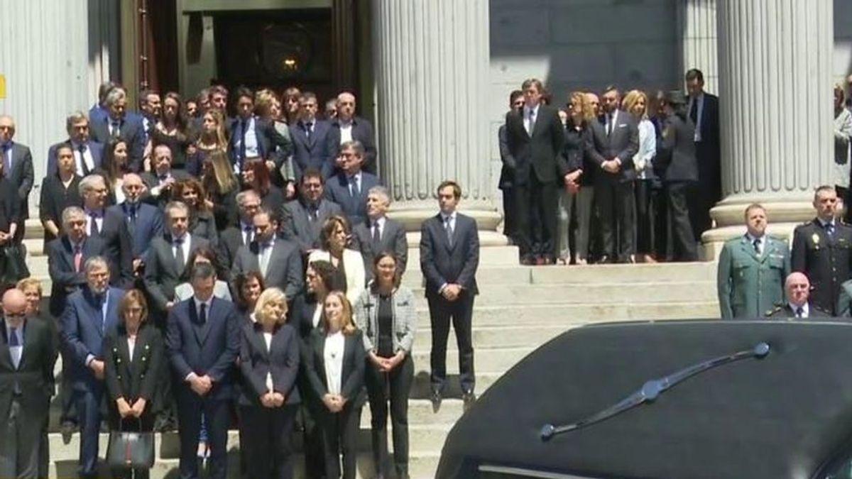 El emotivo adiós a Pérez Rubalcaba a la salida del Congreso: lágrimas y un eterno aplauso