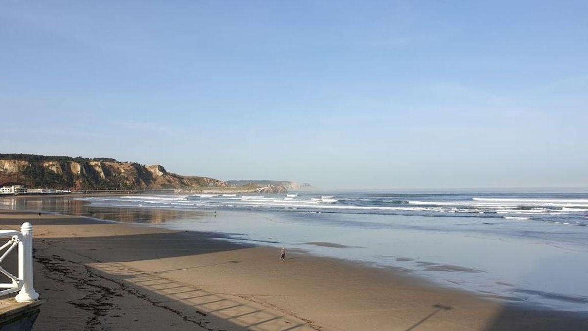 Surfistas rescatan a un grupo de menores que quedó atrapado en la playa asturiana de Salinas