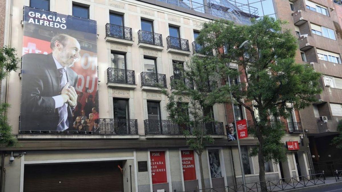 Despliegan un cartel para recordar a Rubalcaba en la sede del PSOE en Ferraz