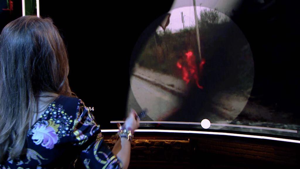 Una figura de aspecto demoníaco aparece en los cristales delanteros de un coche