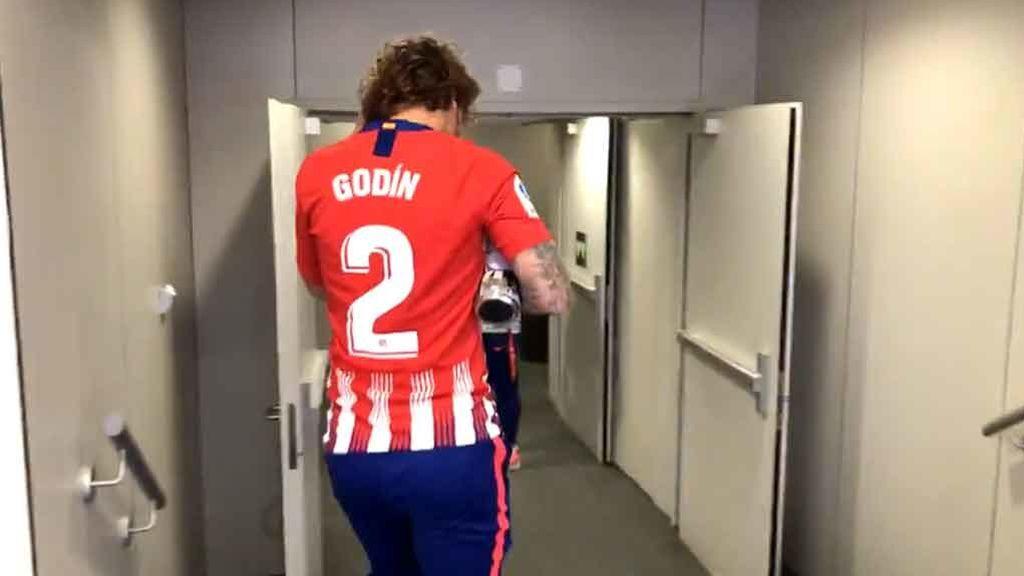 El homenaje de Griezmann a Godín vistiendo su camiseta antes del partido del Atlético de Madrid