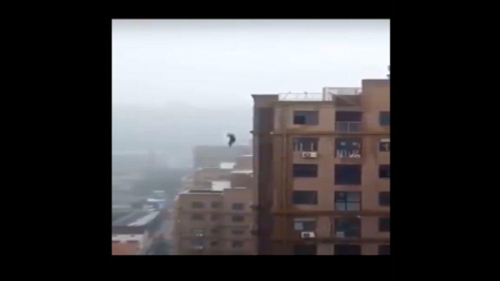 Muere tras caerse de un edificio mientras se hacía un selfi