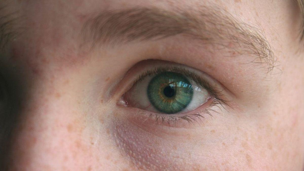 Un hombre se arranca un ojo tras romper con su novia