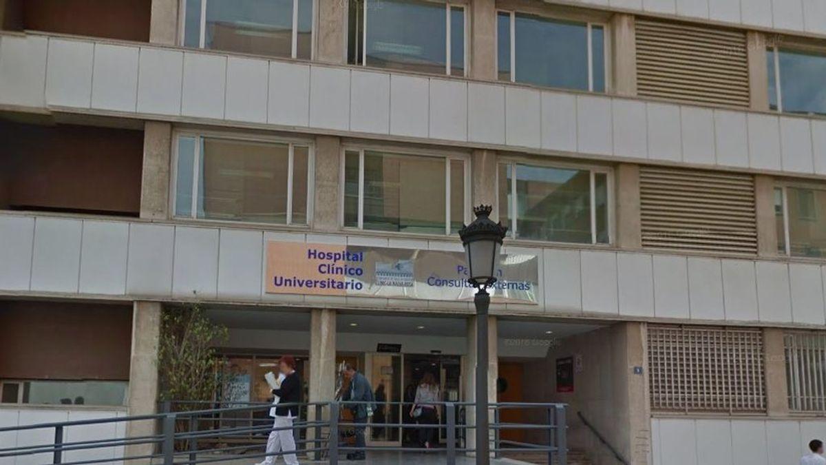 Suspenden de sus funciones al cardiólogo que fue detenido por grabar en el baño a una compañera en Valencia