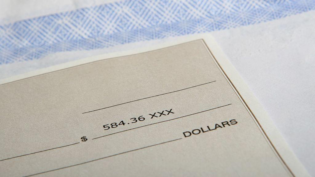 Olvidó un cheque con los ahorros de toda su vida en un restaurante y el camarero la buscó y se lo devolvió