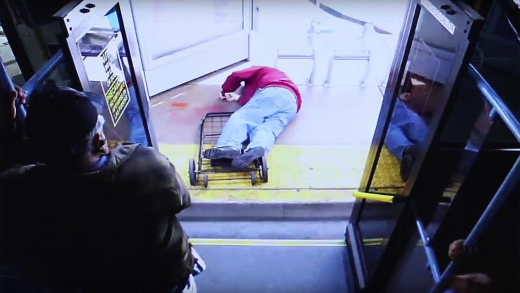 Un anciano muere tras ser empujado intencionadamente por una joven al salir del autobús