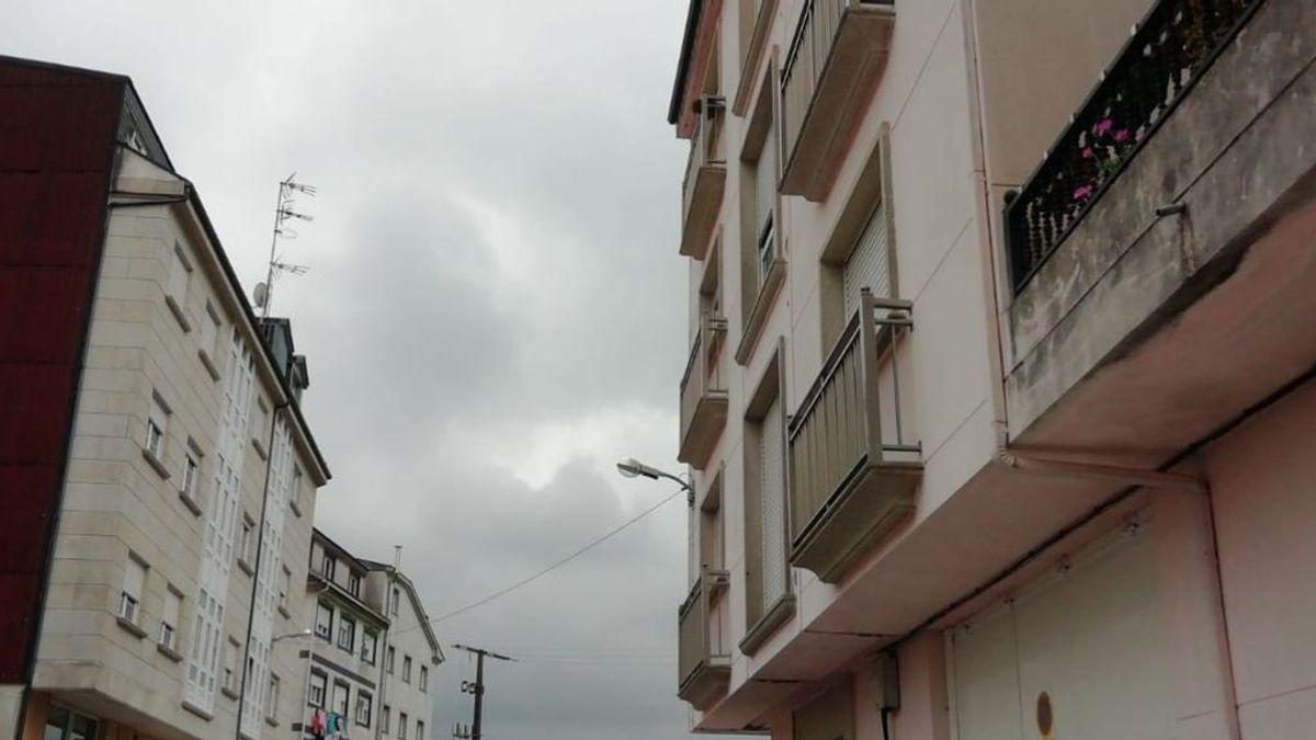 El agresor y la mujer acuchillada en Vimianzo vivían uno enfrente del otro y él la vigilaba todo el día