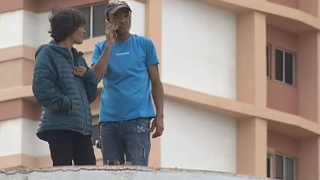 Servicios sociales ya ha retirado la custodia de siete hijos a la pareja atrincherada en un edificio en Las Palmas