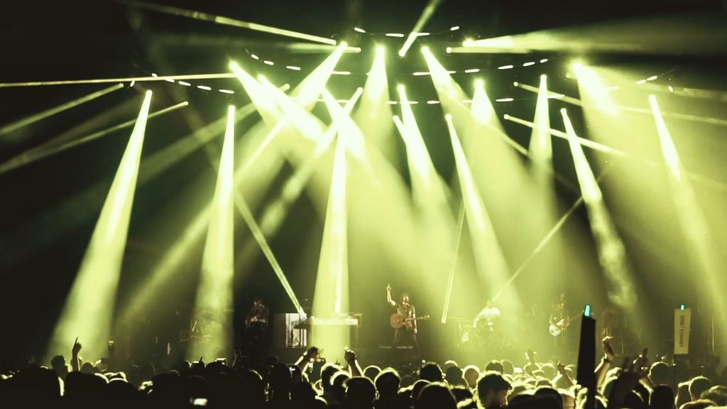 """IZAL estrena el videoclip de """"Bill Murray"""", grabado en directo en el WiZink Center de Madrid"""