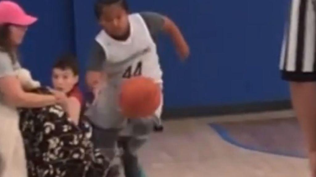 Lamentable reacción de una madre, que zancadillea a un niño para evitar un contraataque en baloncesto