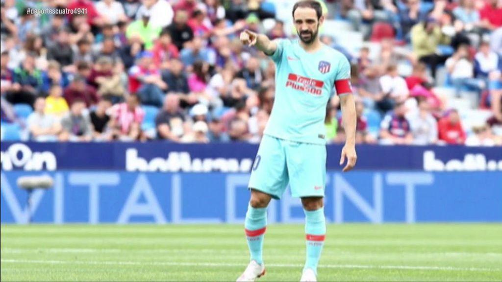 El gesto de Godín con Juanfran dejándole el brazalete de capitán en su último partido con el Atlético