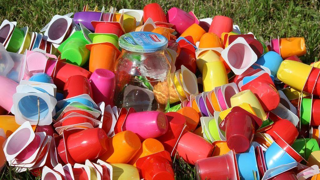 No aplastes los envases antes de tirarlos a la basura,  te explicamos el motivo