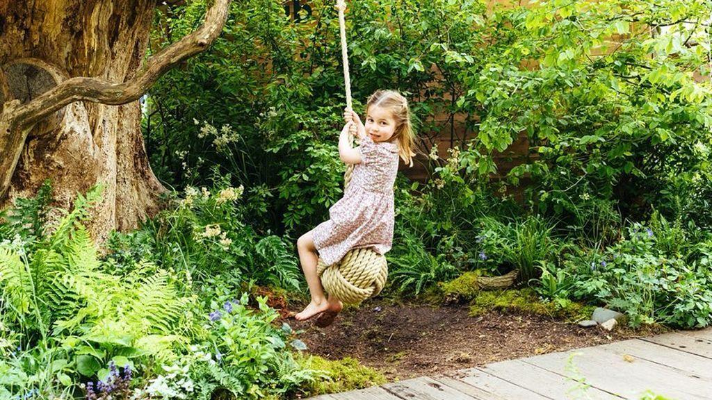 La hija mediana de los duques, Charlotte, prefiere columpiarse descalza