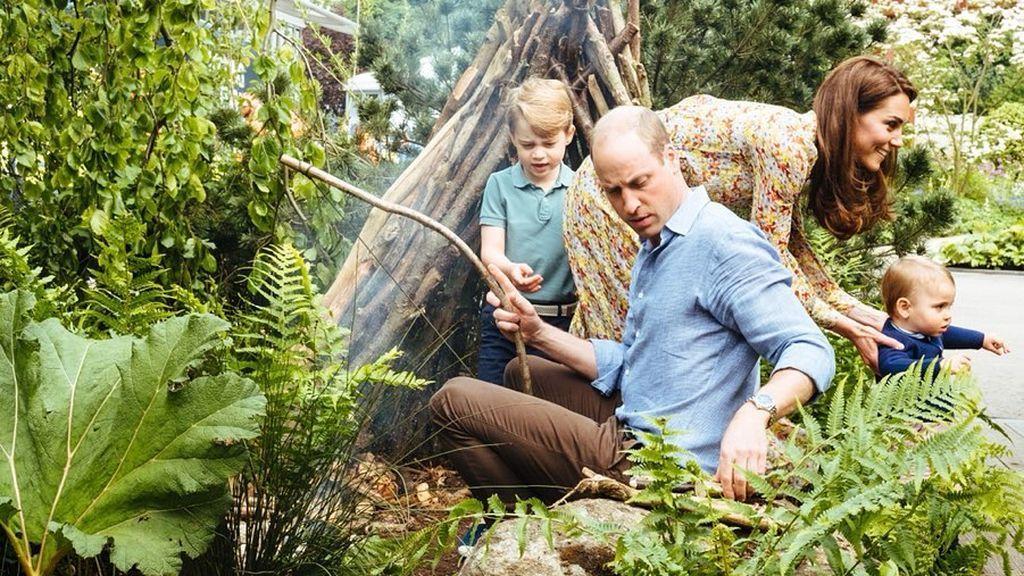 Los Duques de Cambridge, jugando en una de las cabañas de palos junto a sus hijos, George y Louis