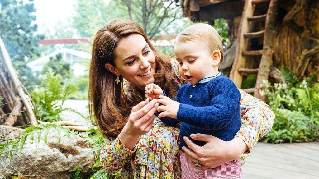 Kate Middleton y el Príncipe Louis explorando el nuevo jardín