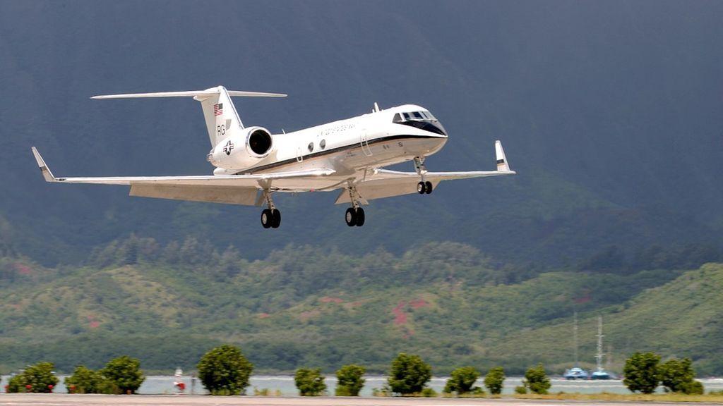 Un multimillonario mantiene relaciones sexuales con una menor en su avión privado poniendo el piloto automático
