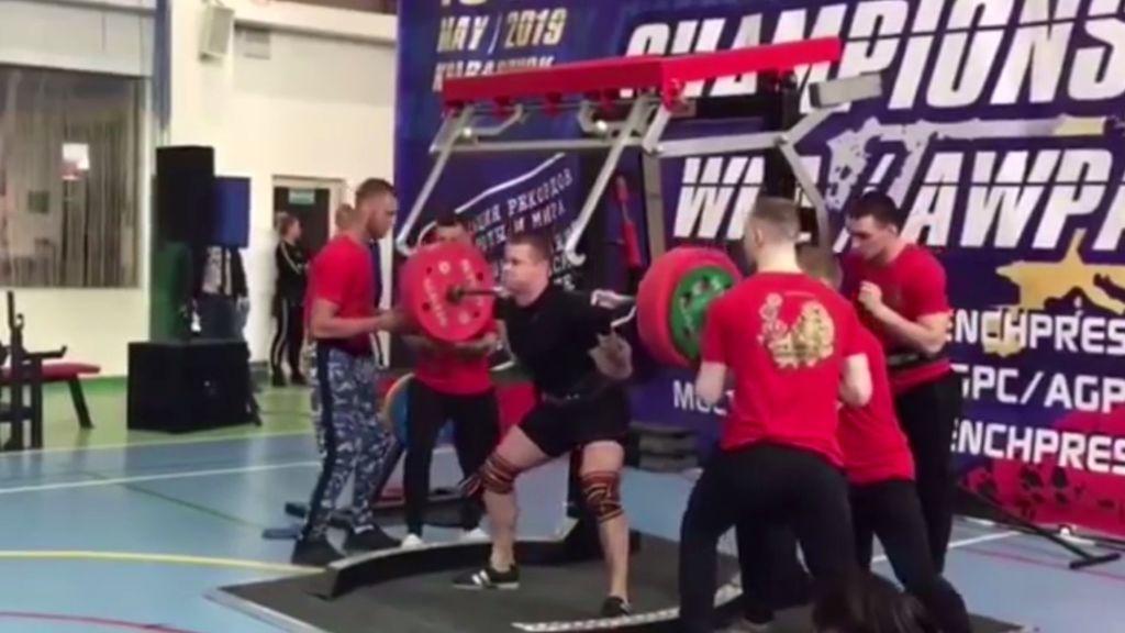 La espeluznante lesión de un levantador de pesas ruso