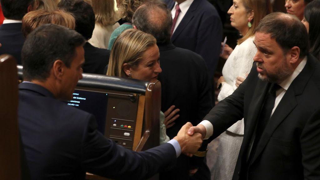 El frío saludo entre Sánchez y Junqueras en el Congreso