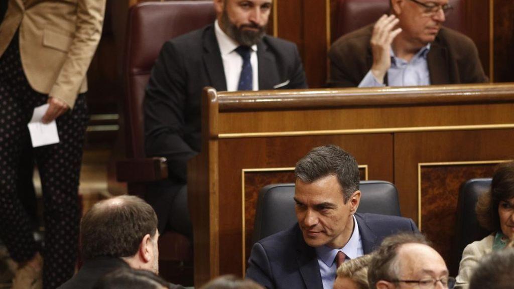 Apreton de manos frío entre Junqueras y Sánchez ante la mirada de Abascal