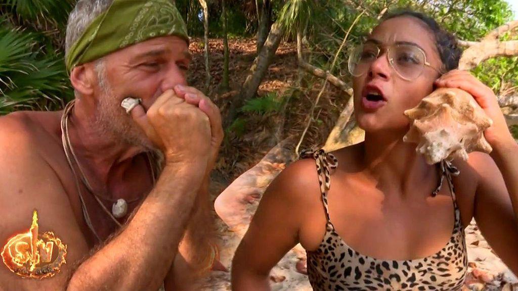 Dakota simula una llamada con su novio