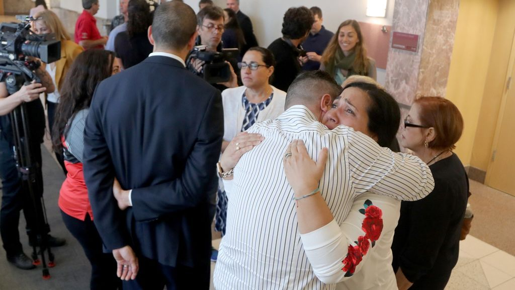 Los abrazos de la familia de Pablo Ibar