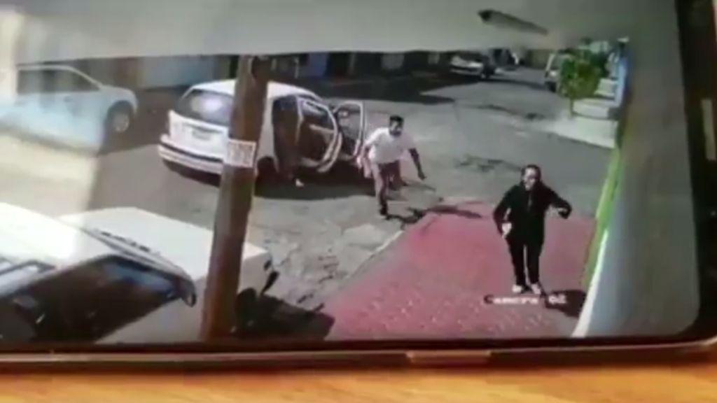 A punto de ser secuestrada por dos hombres en México
