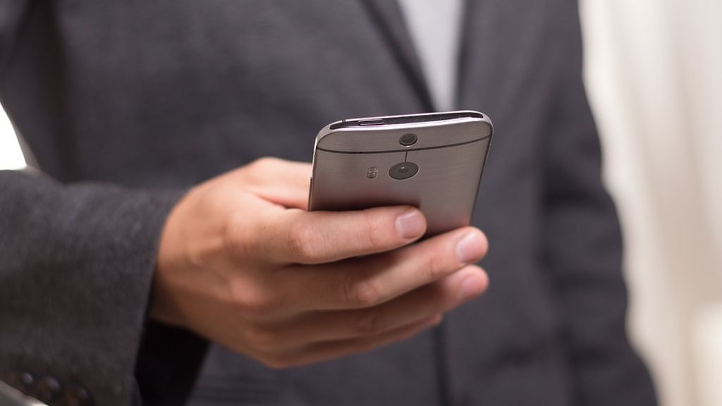 La CNMC expedienta a siete operadores de telefonía móvil por hacer uso indebido de números 902