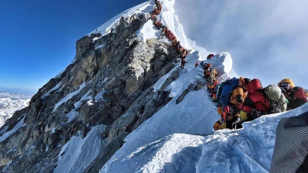 La foto que debe abrirnos los ojos: La moda de escalar el Everest mata y lo convierte en un basurero