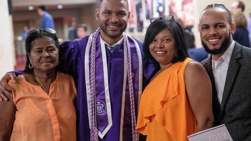 Historia de superación: se gradúa en enfermería de la misma universidad donde comenzó de conserje