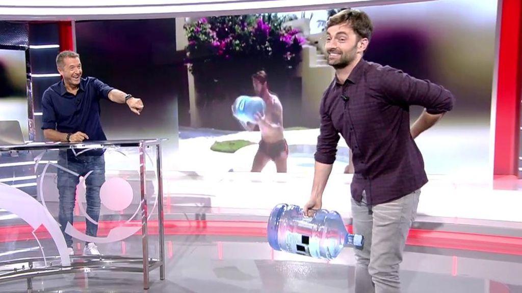 Ricardo Reyes intenta hacer el 'reto de la garrafa' de Sergio Ramos en directo